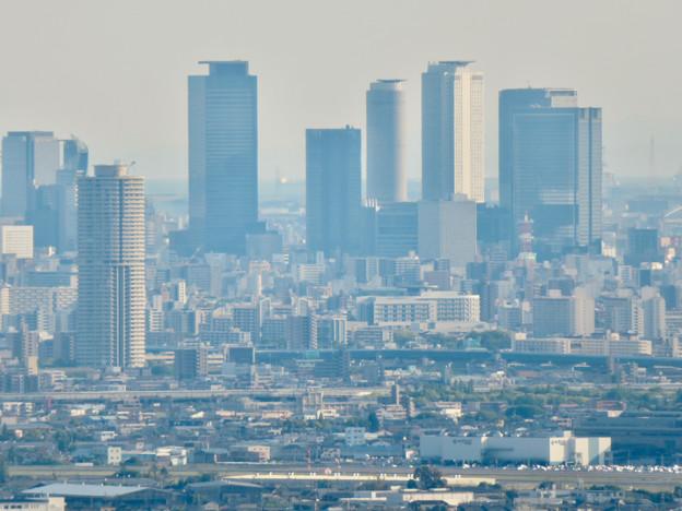 本宮山頂上手前の雨宮社から見た景色 - 32:ザ・シーン城北と名駅ビル群