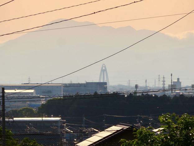 Photos: 大縣神社の駐車場から見た伊吹山とツインアーチ138