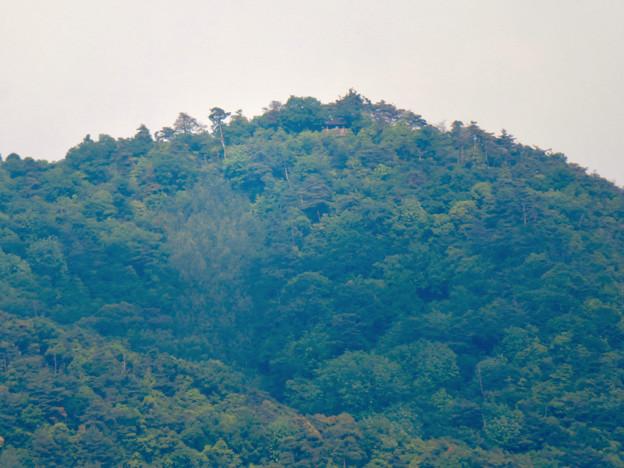 国道19号の中新田西交差点から見た弥勒山展望台