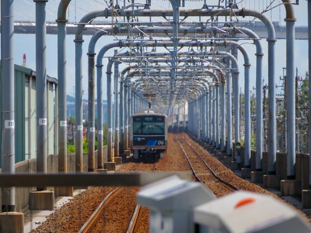 野跡ホームから金城ふ頭方面へと向かう電車とそれを囲む鉄道設備 - 1