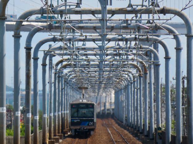野跡ホームから金城ふ頭方面へと向かう電車とそれを囲む鉄道設備 - 2