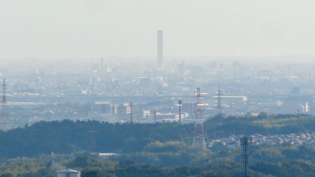 西高森山の山頂から見た景色 - 5:三菱電機稲沢製作所のエレベータ試験棟
