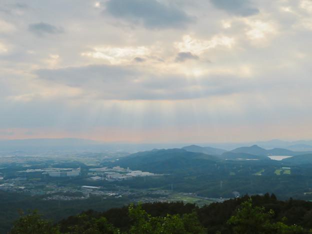 弥勒山山頂から見た雲の切れ間から降り注ぐ日の光