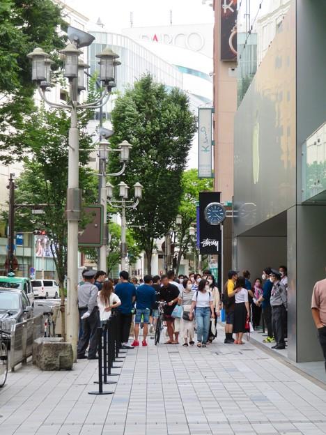 Appleストア名古屋栄:入店者数制限のため行われてる問診や検温等 - 5