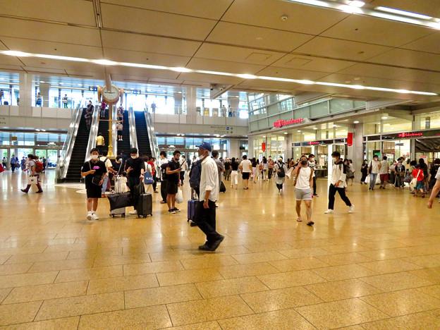 結構人がいた名古屋駅コンコース金の時計広場(2020年7月12日)- 1
