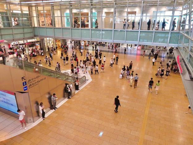 結構人がいた名古屋駅コンコース金の時計広場(2020年7月12日)- 2