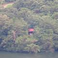 Photos: 弥勒山中伏の休憩所から見た築水池沿いの「築水の家」 - 2