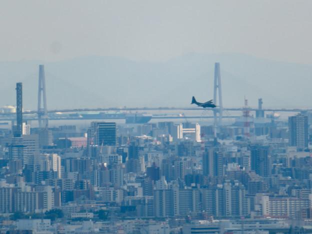 雨続きが開けて遠くまで見通せた尾張白山社からの景色 - 8:名港中央大橋と自衛隊の飛行機