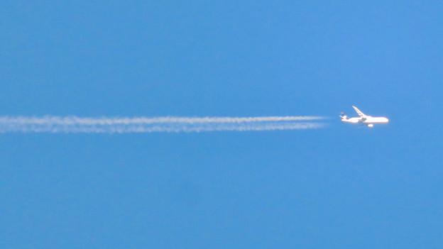 青い空に飛行機雲を棚引かせて飛行していたジャンボ機 - 3