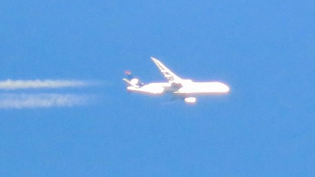 青い空に飛行機雲を棚引かせて飛行していたジャンボ機 - 4