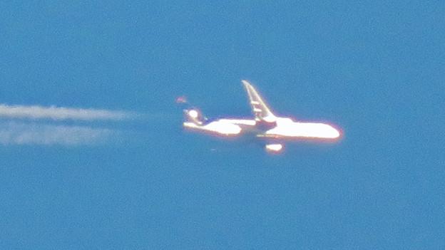 青い空に飛行機雲を棚引かせて飛行していたジャンボ機 - 5