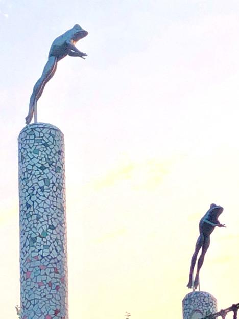 三ツ又ふれあい公園:遊具に付いてるジャンプしてるカエル像 - 2