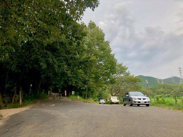 みろくの森入り口と宮滝大池沿いの駐車スペース - 1