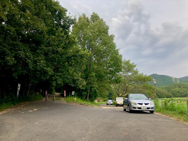 Photos: みろくの森入り口と宮滝大池沿いの駐車スペース - 2