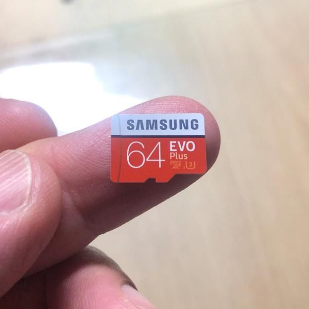 Samsung製microSDXCカード「EVO Plus(64GB)」 - 4:指先大の小さなカード本体