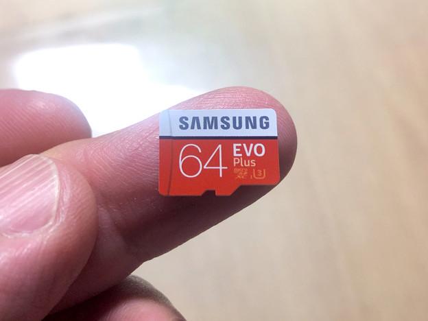 Samsung製microSDXCカード「EVO Plus(64GB)」 - 5:指先大の小さなカード本体