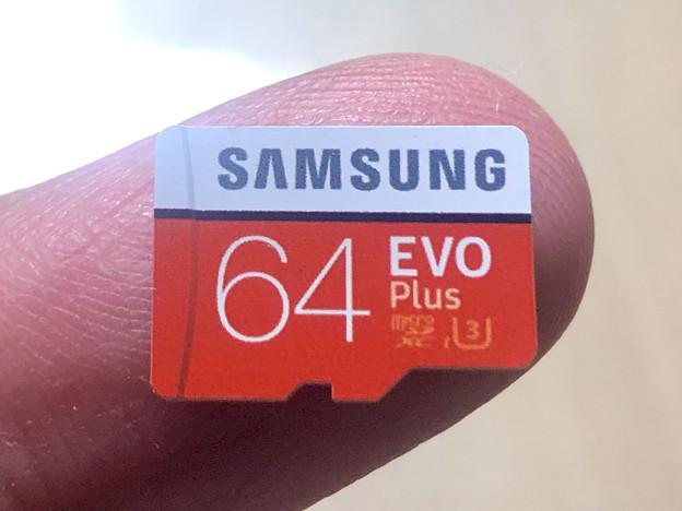 Samsung製microSDXCカード「EVO Plus(64GB)」 - 6:指先大の小さなカード本体