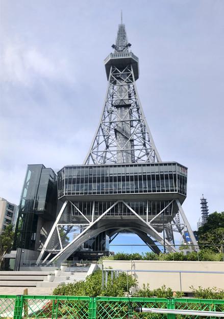 真下から撮影したリニューアルした名古屋テレビ塔(縦パノラマ) - 1