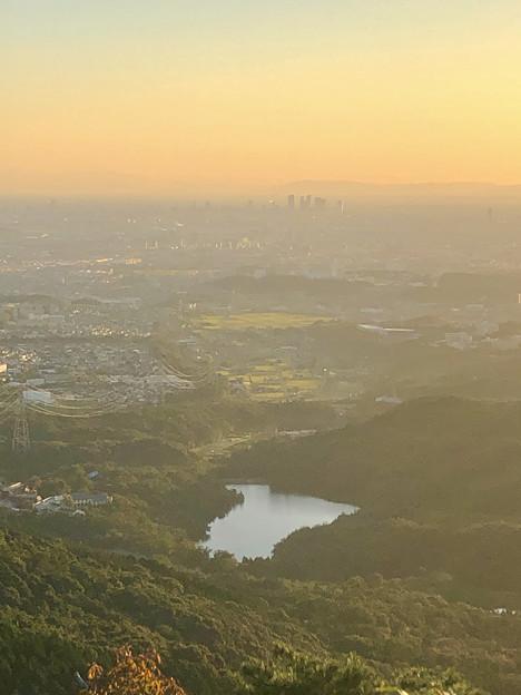 弥勒山山頂から見た夕暮れ時の景色:築水池と名駅ビル群