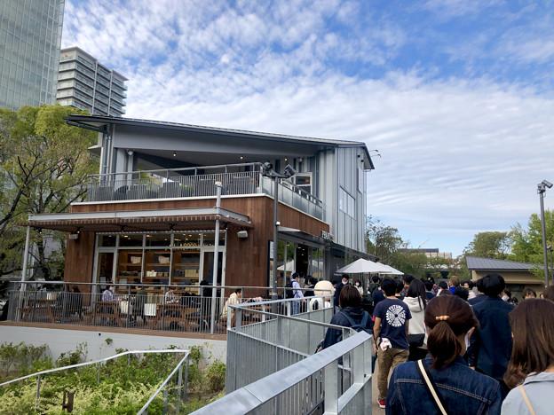 リニューアル直後で賑わう久屋大通公園 - 17:沢山の人がいた「ピーナッツ カフェ」前