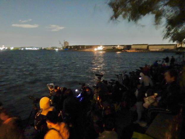 潮見ふ頭から名港水上花火を撮影しようと集まってた人たち - 1