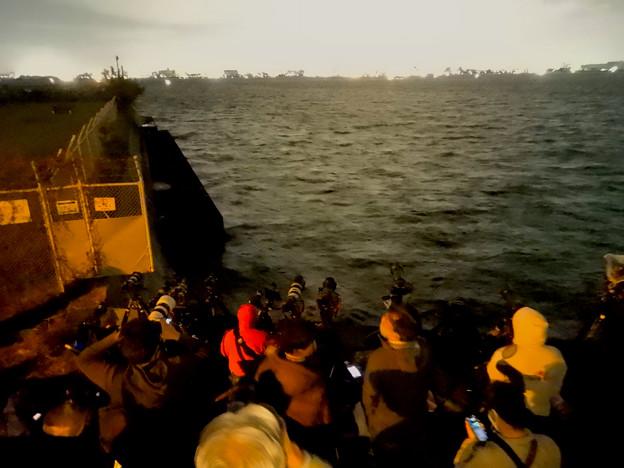 潮見ふ頭から名港水上芸術花火を撮影しようと集まってた人たち - 5