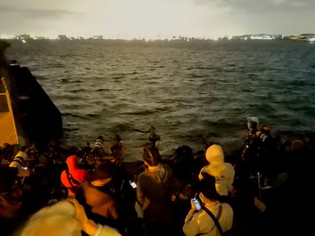 潮見ふ頭から名港水上芸術花火を撮影しようと集まってた人たち - 6