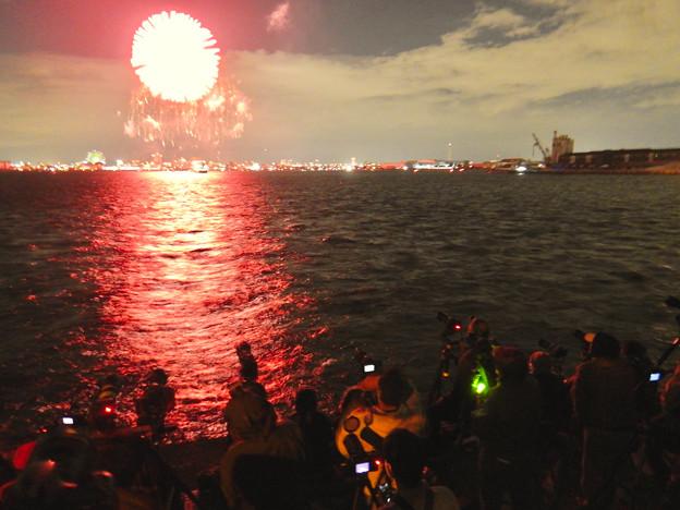 潮見ふ頭から名港水上芸術花火を撮影してた人たち - 3