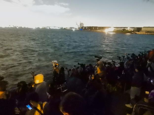 潮見ふ頭から名港芸術水上花火を撮影しようと集まってた人たち - 2