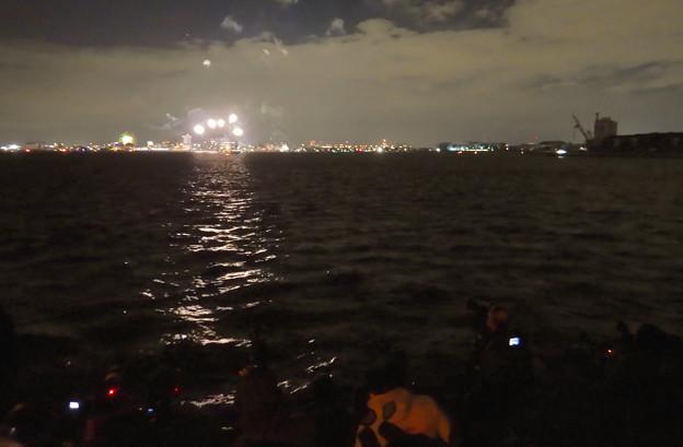 潮見ふ頭から名港水上芸術花火を撮影してた人たち - 1