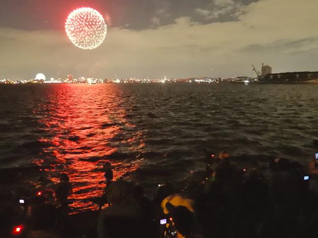 潮見ふ頭から名港水上芸術花火を撮影してた人たち - 2