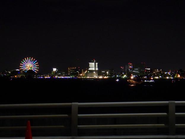 潮見ふ頭に架かる橋の上から撮影したシートレインランドの観覧車とポートビル - 1