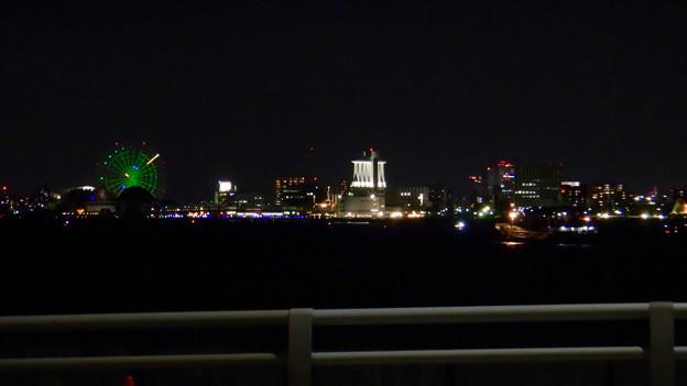 潮見ふ頭に架かる橋の上から撮影したシートレインランドの観覧車とポートビル - 2