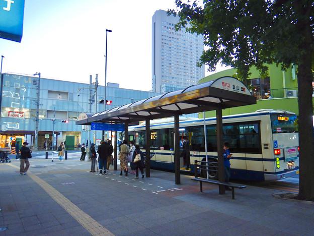 ワイルドフラワーガーデン「ブルーボネット」行きバスが発車する金山駅前バスターミナル4番乗り場 - 1