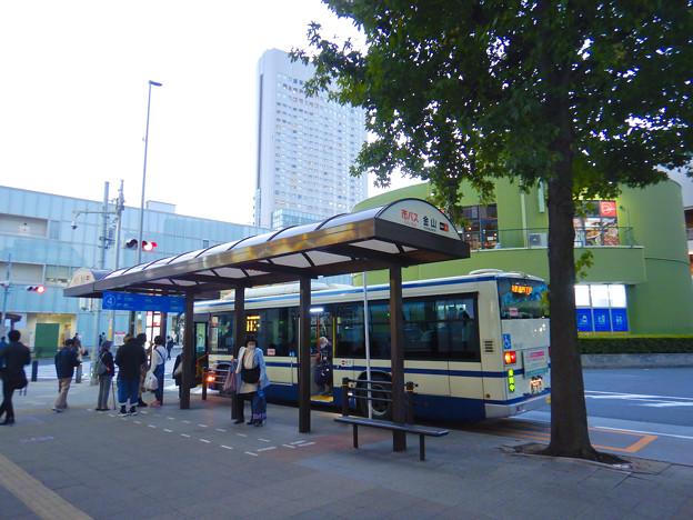 ワイルドフラワーガーデン「ブルーボネット」行きバスが発車する金山駅前バスターミナル4番乗り場 - 2