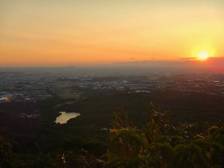 弥勒山山頂から夕焼けと名古屋方面の景色