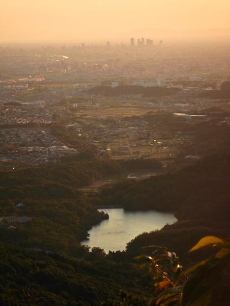 弥勒山山頂から夕暮れ時に見た築水池と名駅ビル群 - 1