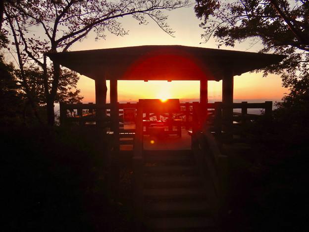 弥勒山山頂からの展望台と夕焼け
