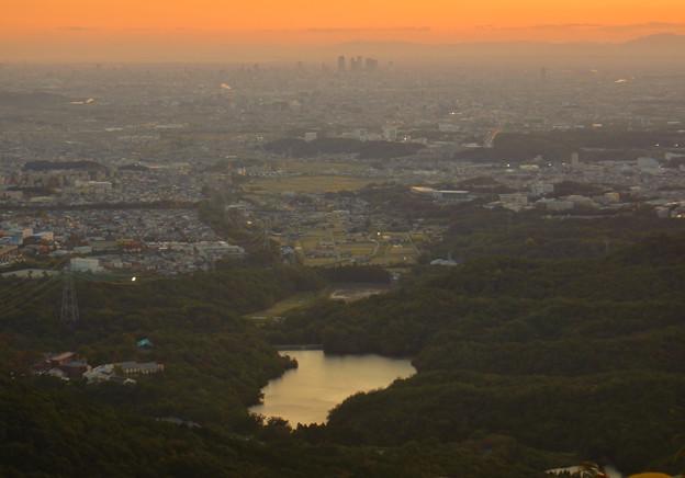 弥勒山山頂から夕暮れ時に見た築水池と名駅ビル群 - 2