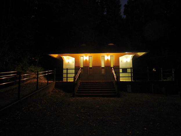 夜の細野キャンプ場トイレ