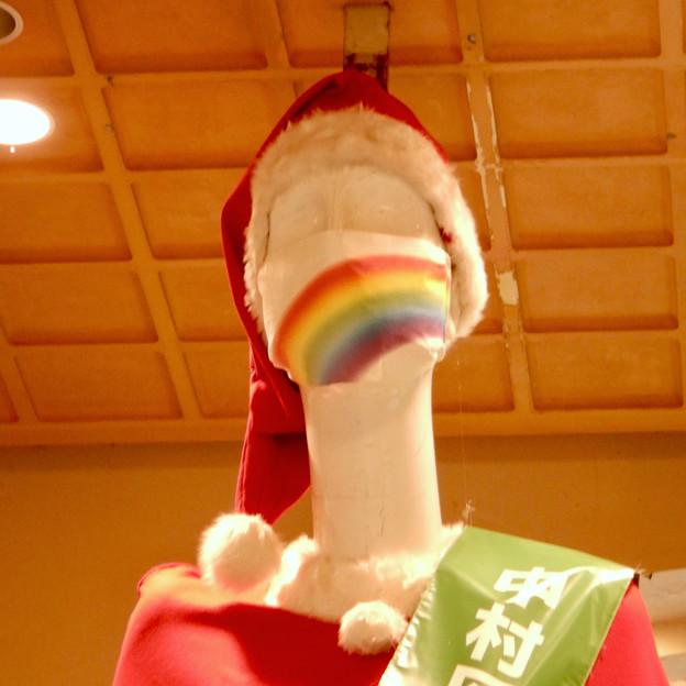 サンタ仕様のナナちゃん人形(2020年) - 2:七色マスク着用