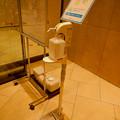 大名古屋ビルヂング入り口にある足踏み式の消毒機