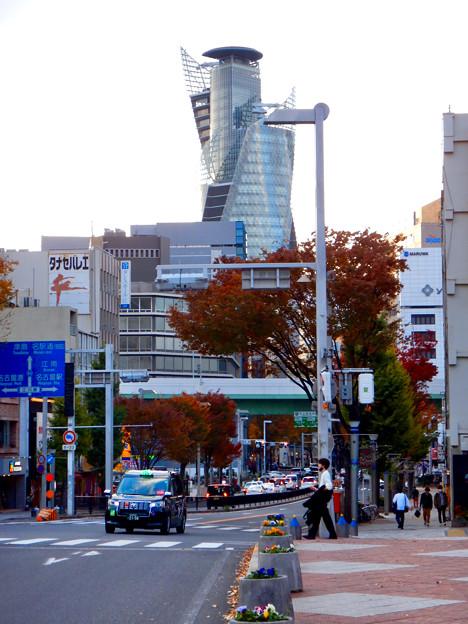 納屋橋から見たスパイラルタワーズと紅葉 - 1