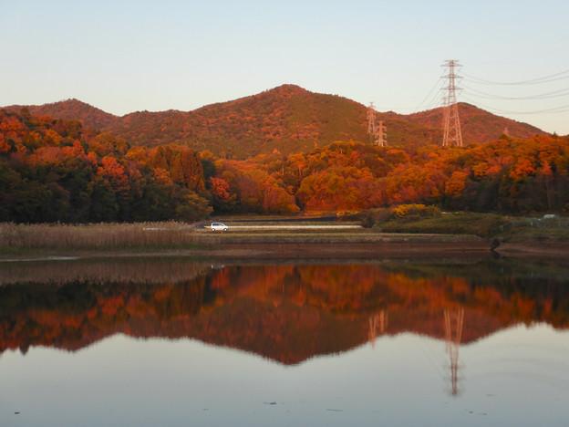 宮滝大池に映る秋の春日井三山 - 3