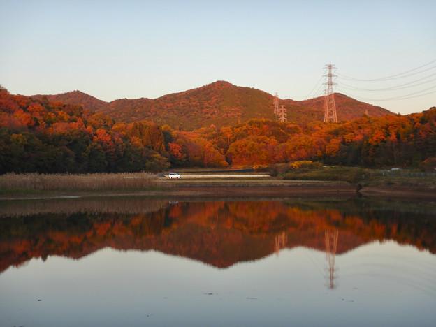 宮滝大池に映る秋の春日井三山 - 2
