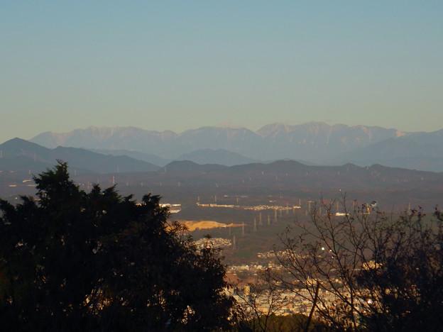 弥勒山山頂から見た頂上付近に薄っすら雪を頂く、たぶん恵那山 - 1