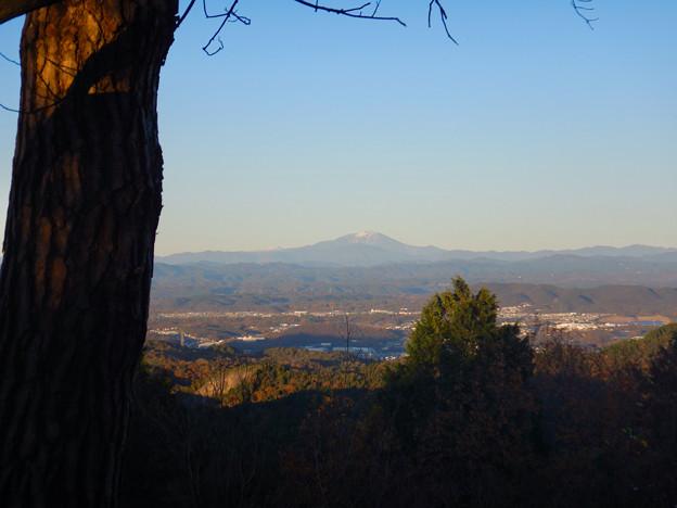 弥勒山山頂から見た頂上付近に薄っすら雪を頂く御嶽山 - 1