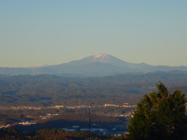 弥勒山山頂から見た頂上付近に薄っすら雪を頂く御嶽山 - 2