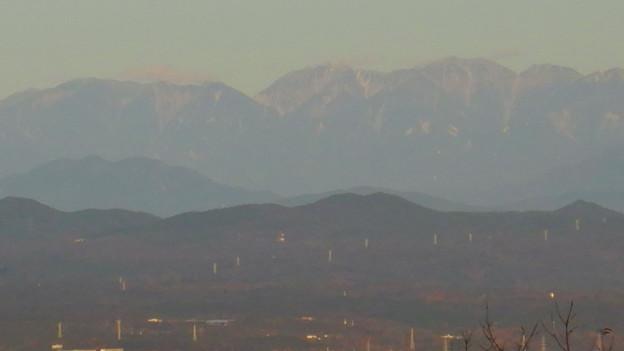 弥勒山山頂から見た頂上付近に薄っすら雪を頂く、たぶん恵那山 - 3