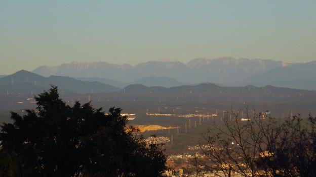 弥勒山山頂から見た頂上付近に薄っすら雪を頂く、たぶん恵那山 - 2